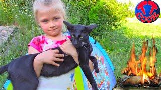 Пикник с Колясками и Палаткой Ярослава Прыгает на Батуте Огромный КОТ Видео для детей