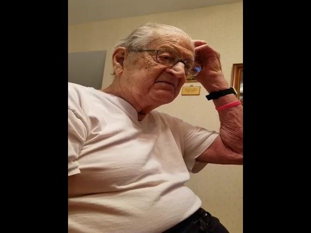 Así reacciona este hombre al enterarse de que tiene 98 años
