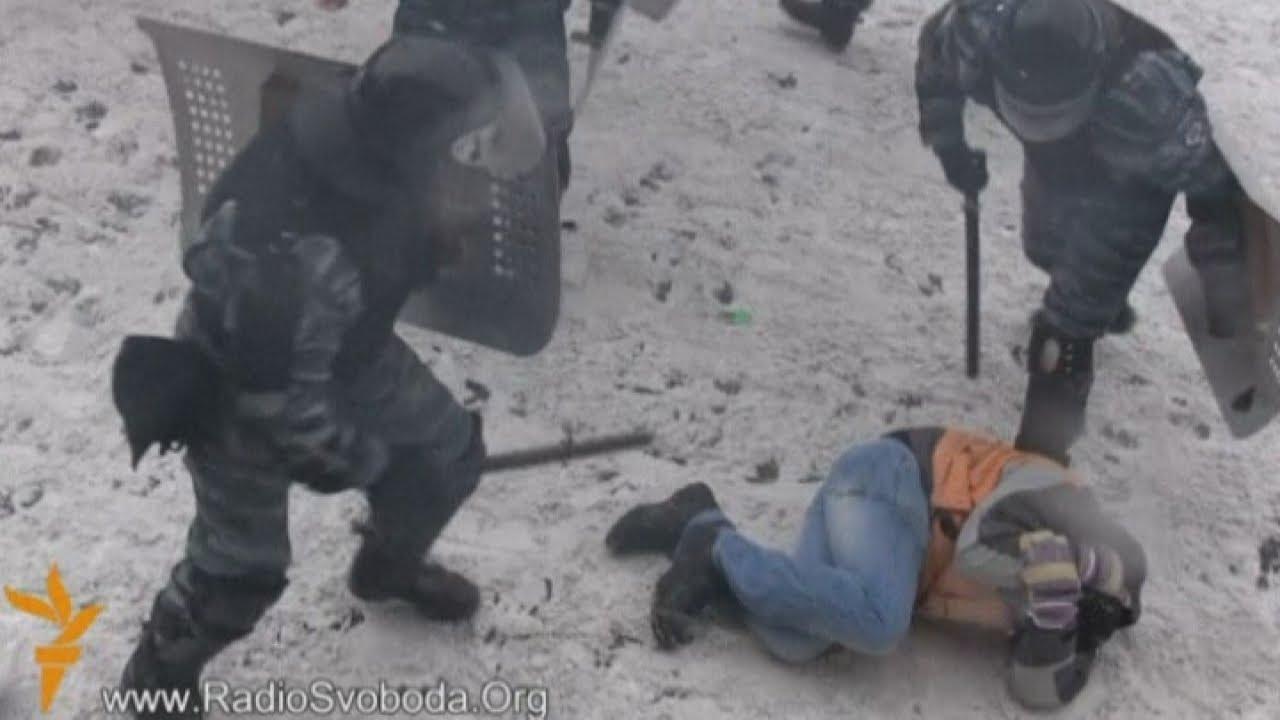 Ukraine violence: Riot police beat up protesters in Kiev