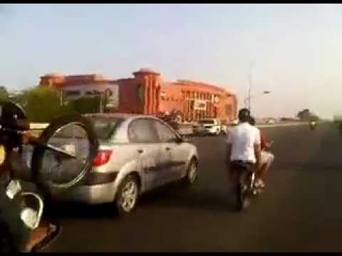 دراجات نارية تتحدى دورية أمن في جدة