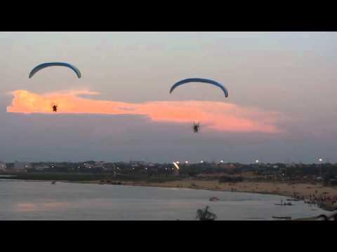 Paracaídas Motorizados volando en la costanera de Asunción