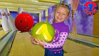 Играем в боулинг Кто станет Чемпионом Ярослава, Мама или Папа?! Видео для детей Hello Kitty Toys