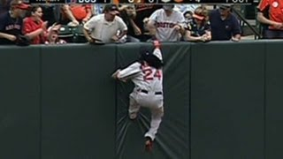 BOS@BAL: Manny makes the play, greets a fan