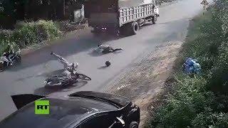 Conductor causa un accidente al abrir la puerta de su auto sin mirar YouTube Videos