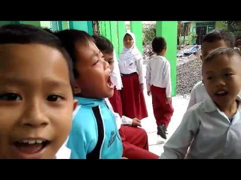 kreatif anak SD menyanyikan anthem PSS sampai kau bisa