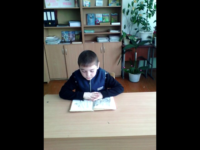 Изображение предпросмотра прочтения – МузафарМузафаров читает произведение «Что ни страница, — то слон, то львица» В.В.Маяковского