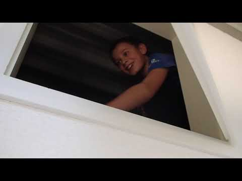 Jungs verstecken sich in Kasten