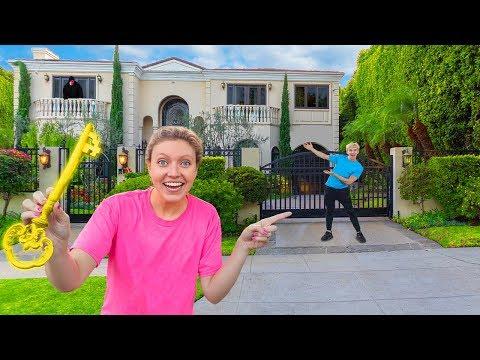 FOUND HIDDEN KEY to UNLOCK NEW SHARER FAM HOUSE (Sis VS Bro Secret Scavenger Hunt Challenge)