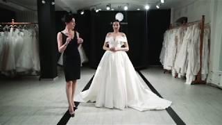 Как правильно приподнимать длинное платье чтоб не наступить на подол.