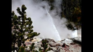 Yellowstone Steamboat Geyser erupts a 11th Time Throwing Rocks into the Sky