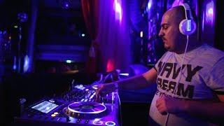 Putriban él és ércelőkészítőben dolgozik Róbert, miközben sztár DJ-k játszák a zenéit