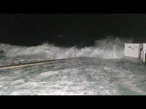 Australia, huge waves swallowing Bronte rockpool (super HQ)