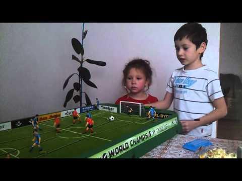 Сынуля учит играть в настольный футбол