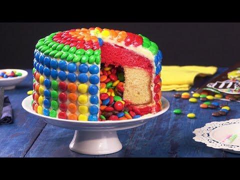Este bolo surpresa com recheio colorido é a receita para diversão em qualquer festa!