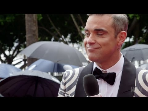 Robbie Williams still doesn't say no to signing breasts!