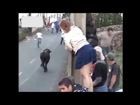 Bullfighting in mini skirt prank / Tourada de mini-saia