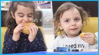Yankı ve Rüya Burger King'de Hamburger, patates ve nugget Keyfi l Eğlenceli Çocuk Videosu