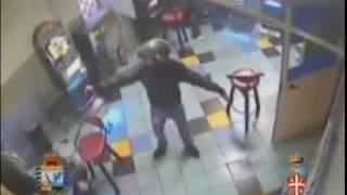 Napoli, raid della camorra con kalashnikov: il video shock
