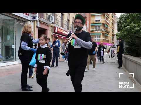"""VÍDEO: El """"flautista lucenil"""" reune a una veintena de voluntarios para limpiar la ciudad"""