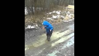 Ребенок купается в луже:) Очень смешно!(Видео прикол:))) Ржач, Ржака, Весна, Лужа., 2016-04-06T17:49:04.000Z)