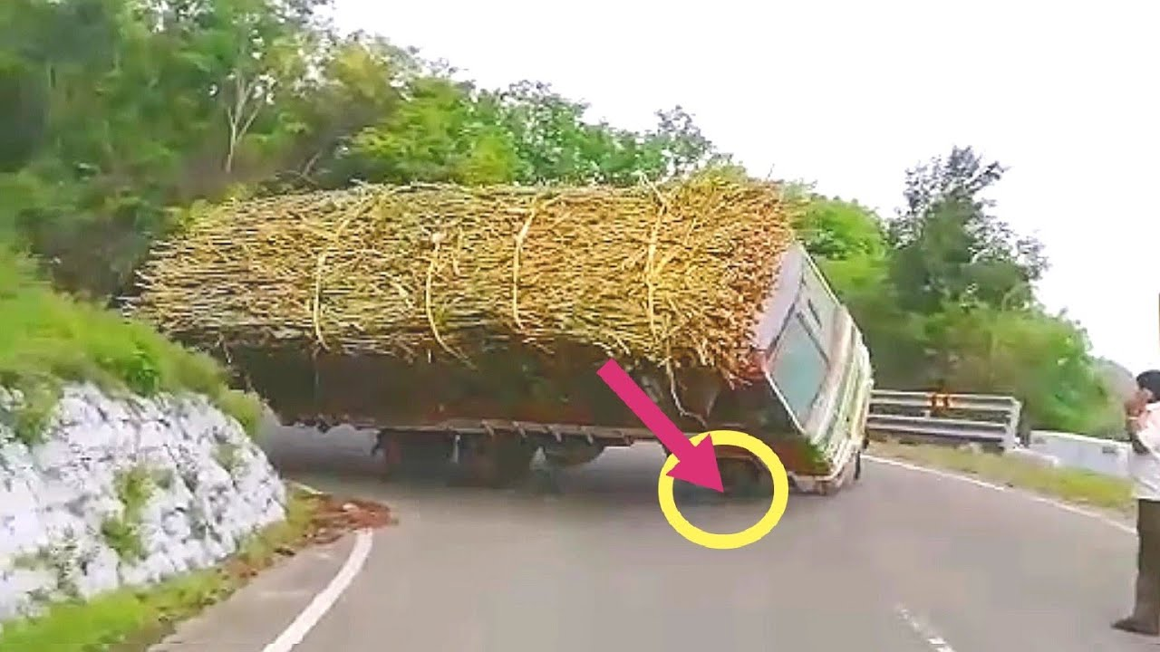 Lorry topple up live accident video | due to axle damage in dhimbam ghat section with sugarcane load