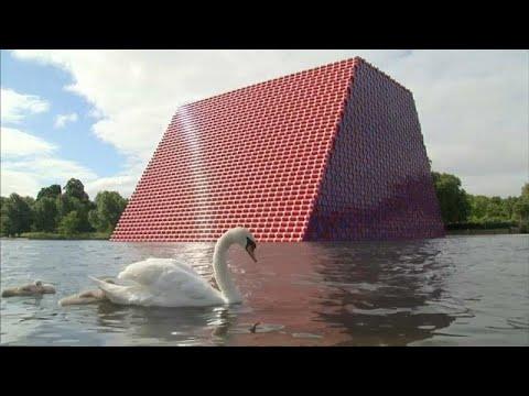 مجسم هرم في بحيرة لندن