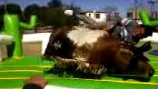 El Goro jineteando el toro