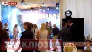 **** (Full) Полное video  *Дмитрий Медведев   на вечеринке(www.lifenews.ru Дмитрий Медведев и Гарик Мартиросян кайфуют Однокурсники президента рассказали подробности..., 2011-04-21T21:15:53.000Z)