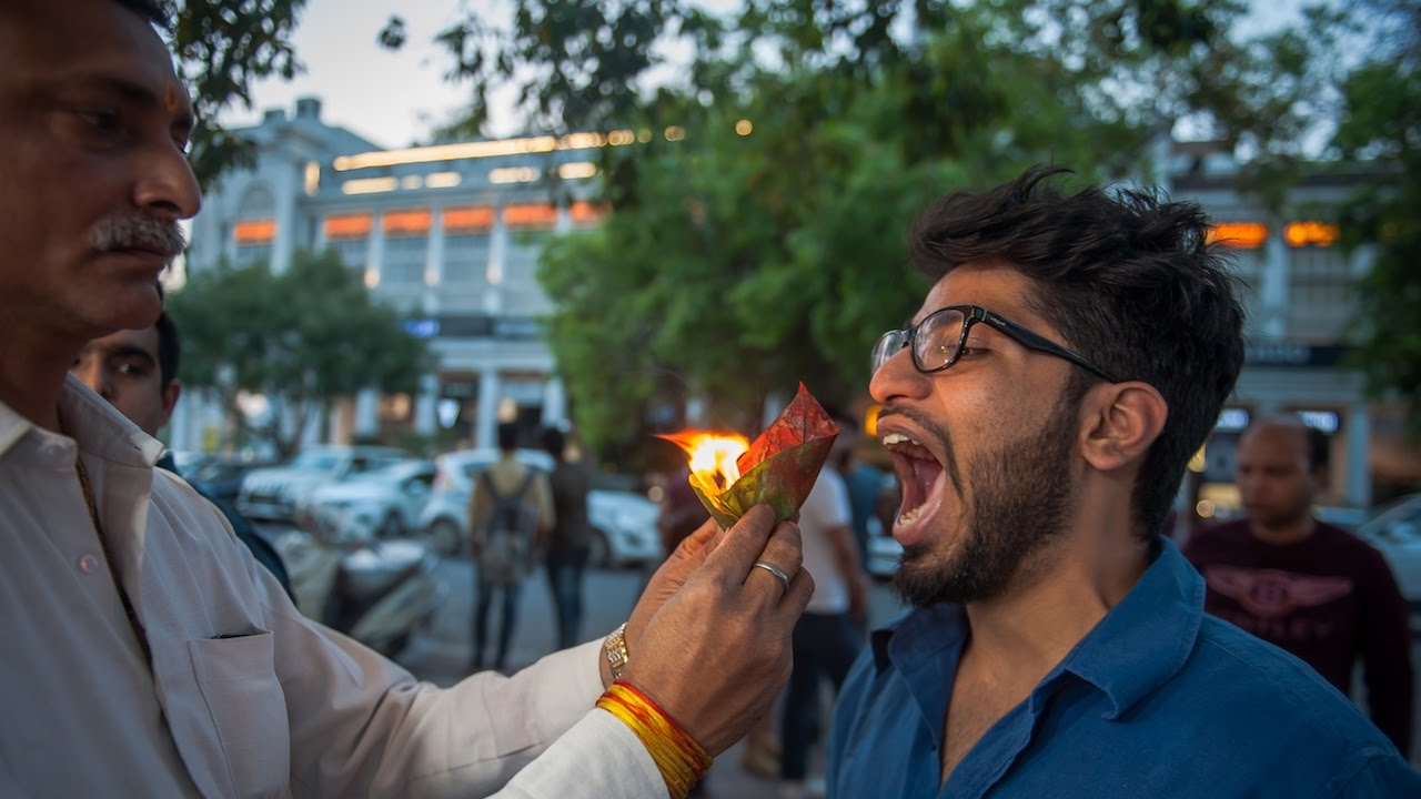new-delhi-street-food-stall-serves-snacks-on-fire-making-mad