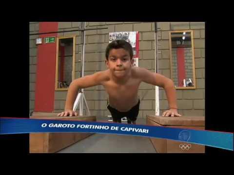 Menino que começou musculação aos nove anos mostra efeitos do treino em sua vida