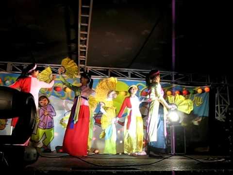 Mid-Autumn Moon Festival Performance (Em Di Xem Hoi Trang Ram)