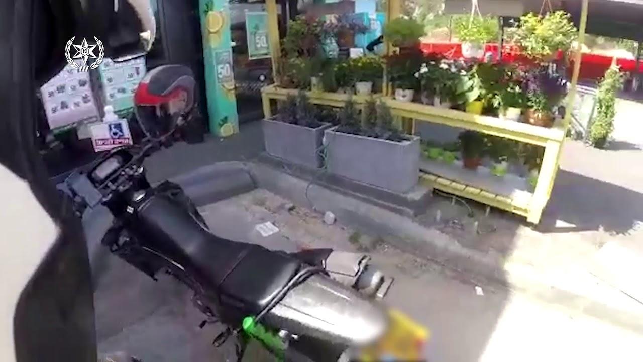 צפו בתיעוד ממצלמת הקסדה: נתפס רוכב אופנוע  מרים גלגל תוך נסיעה פרועה וסיכון משתמשי הדרך