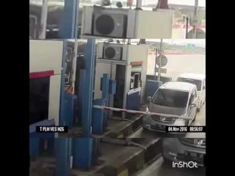 Viral   Panas#Juru Tol Ditampar &Ditendang Oleh Seorang Pemandu!!