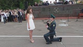 Лейтенант хмельницької прикордонної академії освідчується дівчині на випуску