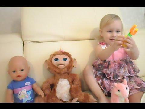 Алиса играет на диване с Беби Борн обезьянкой Милой и говорящим хомяком