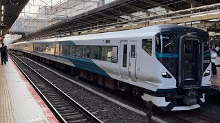 E257系2000番台NA−06編成が特急踊り子号として横浜駅を発車するシーン