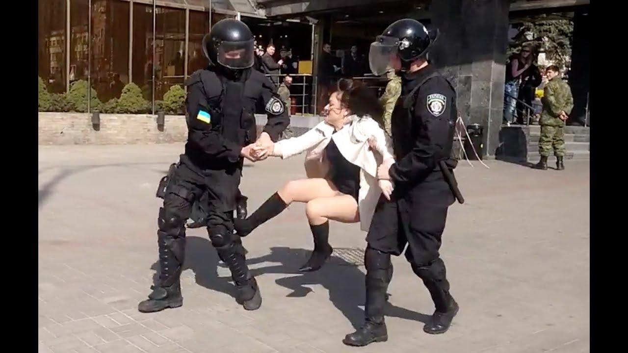 встретила полицейского без трусов видео онлайн