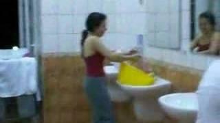 Emine Çamaşır Yıkarken