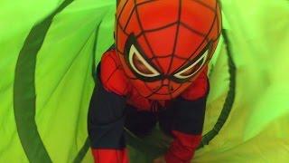 Маленький Мальчик Человек Паук Играется в Магазине IKEA