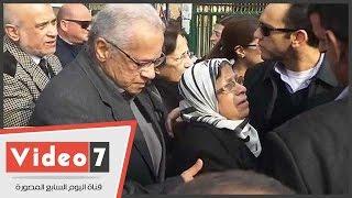 انهيار زوجة الراحل طارق الغزالى حرب أثناء تشييع جثمانه