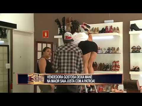 provocativa vendedora en minifalda