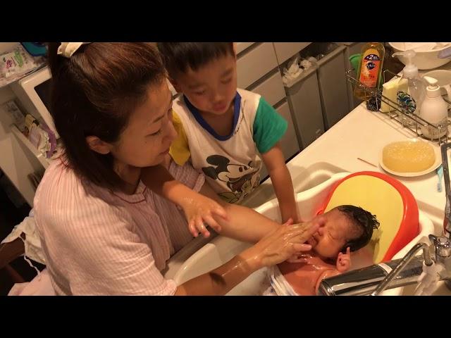 【4歳の男の子】赤ちゃんの沐浴をお手伝い  妹ができて嬉しいね!