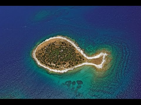 Top 10 Cool Shaped Islands Around the World
