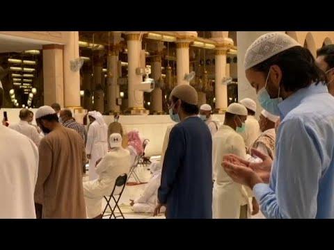 شاهد: إعادة فتح المسجد النبوي في المدينة المنورة أمام المصلين بعد شهرين من الإغلاق…