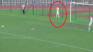 Футболист писает на поле, а его команда забивает)))