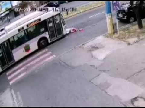 Троллейбус сбил женщину