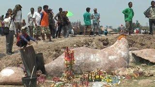 ชาวบุรีรัมย์แห่กราบไหว้หินประหลาดคล้ายพระพุทธรูป