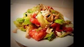 Лёгкий овощной салат с соусом винегрет и свежим сыром.Очень вкусный.