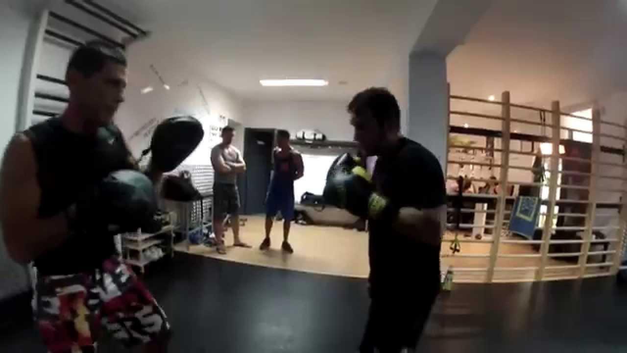 Clase de boxeo en gimnasio origen con pedro caso youtube for Gimnasio el gym