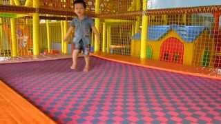 Nhat Minh Susu 2 tuoi 6 thang di choi nha bong
